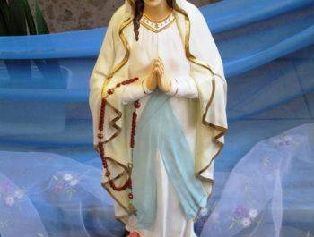 Figurka Matki Bożej z Lourdes na nabożeństwach różańcowych 1