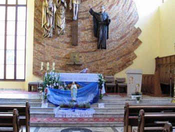 Figurka Matki Bożej z Lourdes na nabożeństwach różańcowych 11