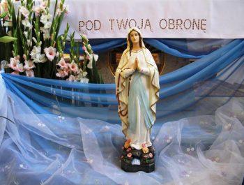 Figurka Matki Bożej z Lourdes na nabożeństwach różańcowych 4