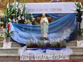 Figurka Matki Bożej z Lourdes na nabożeństwach różańcowych 5