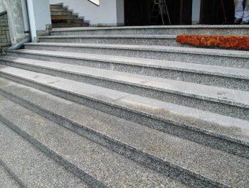 Ciąg dalszy prac remontowych schodów do kościoła 13