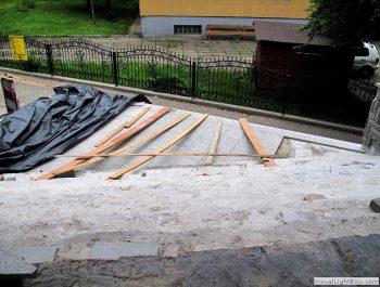 Ciąg dalszy prac remontowych schodów do kościoła