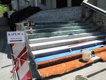 Wznowiono prace remontowe schodów do kościoła 11