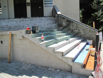 Wznowiono prace remontowe schodów do kościoła 12